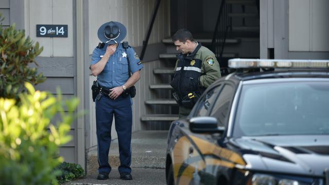 La police, le 2 octobre 2015, au pied de l'immeuble à Roseburg (Oregon) de l'auteur de la fusillade qui a fait 9 morts dans une université [Josh Edelson / AFP]