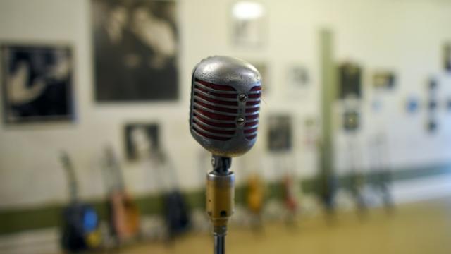 Un microphone dans un ancien studio d'enregistrement [Jewel Samad / AFP/Archives]