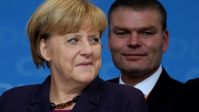La chancelière allemande Angela Merkel et le ministre de l'Intérieur de Saxe-Anhalt Holger Stahlknecht à Magdebourg le 17 septembre 2013 [RONNY HARTMANN / AFP/Archives]