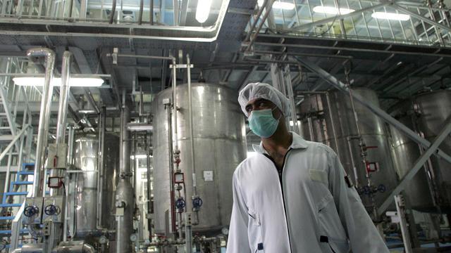 Un technicien iranien travaille dans une usine de conversion d'uranium à Ispahan, 420km au sud de Téhéran, le 3 février 2007 [Behrouz Mehri / AFP/Archives]