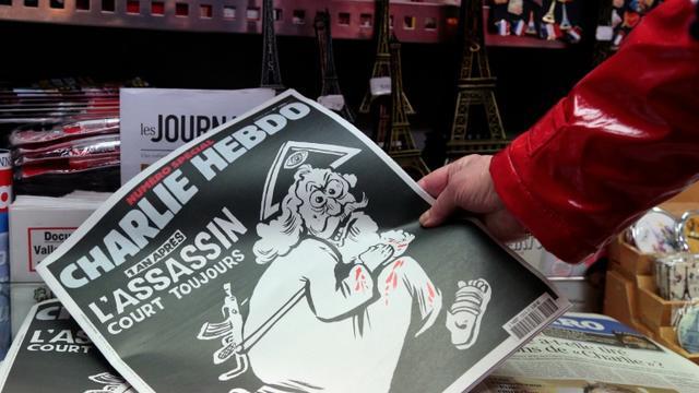 Un numéro de Charlie Hebdo un an après les attaques, dans un kiosque à Paris le 6 janvier 2016 [JACQUES DEMARTHON / AFP]