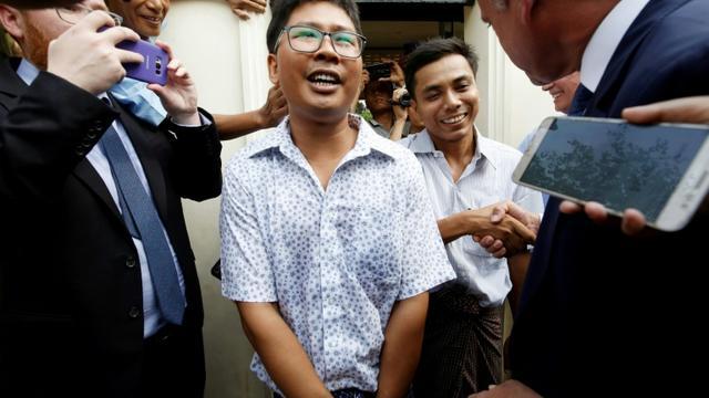 Wa Lone (g) et Kyaw Soe Oo, les deux journalistes de Reuters graciés, sortent de la prison d'Insein à Yangon, le 7 mai 2019 [ANN WANG / POOL/AFP]