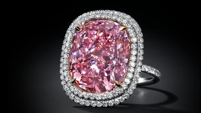 Un diamant rose vendu par Christie's présenté le 25 septembre 2015 à Genève [Handout / CHRISTIE'S/AFP]