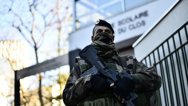 Un soldat français devant une école à Paris, le 22 novembre 2015 [LOIC VENANCE / AFP]