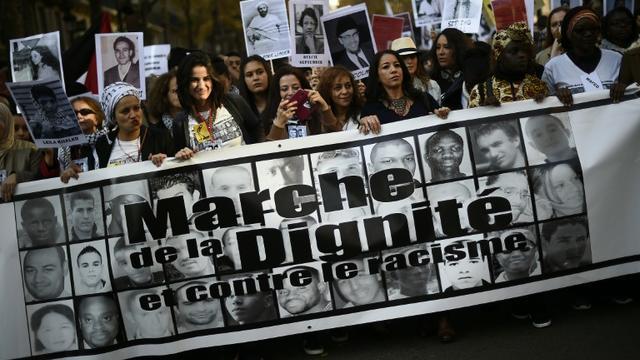 """Des personnes participent à une marche pour la """"dignité"""", le 31 octobre 2015 à Paris [LIONEL BONAVENTURE / AFP]"""