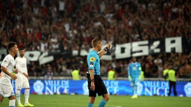 L'arbitre français Clément Turpin interrompt momentanément le match entre Nice et Marseille à l'Allianz Riviera, le28 août 2019 [VALERY HACHE / AFP]
