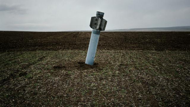 Une roquette non-explosée, près du village ukrainien de Dmitrivka, le 7 avril 2015 [DIMITAR DILKOFF / AFP/Archives]