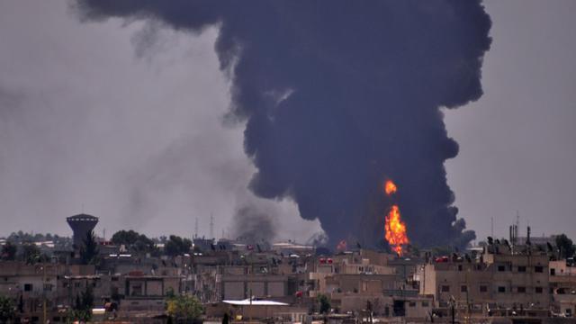 De la fumée s'élève de la ville syrienne de Hasakeh après un bombardement du groupe Etat islamique, le 28 juin 2015 [DELIL SOULEIMAN / AFP/Archives]