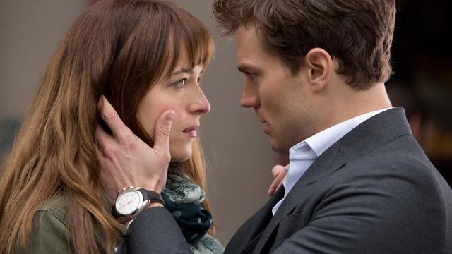 """Dakota Johnson est Anastasia Steele et Jamie Dornan est Christian Grey dans le film de Sam Taylor-Johnson """"Cinquantes nuances de Grey""""."""