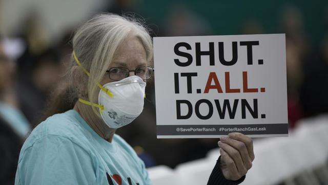 Une femme tient une pancarte pendant un rassemblement  au sujet d'une fuite de gaz massive, à Granada Hills, près de Porter Ranch, en Californie, le 16 janvier 2016 [DAVID MCNEW / GETTY IMAGES NORTH AMERICA/AFP/Archives]