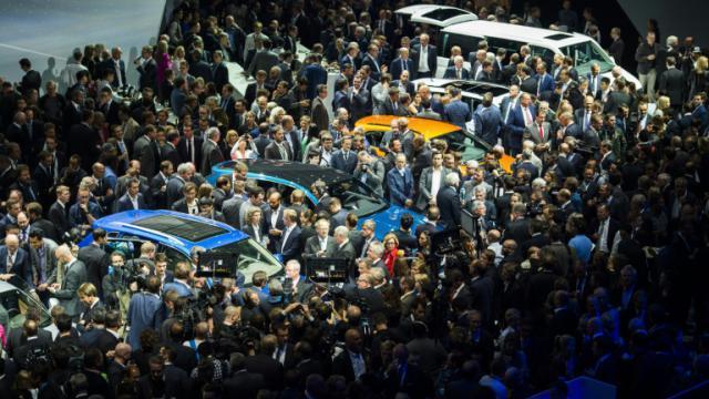 La foule se presse sur le stand  Volkswagen à la veille de 66e édition de l'IAA le 14 septembre 2015 à Francfort [ODD ANDERSEN / AFP]