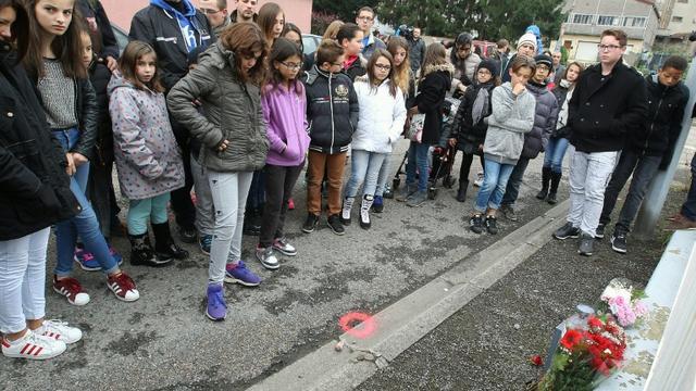Des habitants de Joeuf, dans l'est de la France, rassemblés le 18 octobre 2015, en hommage à Lucas, un enfant de 7 ans poignardé par un homme souffrant de troubles psychiatriques [FRED MARVAUX / AFP/Archives]