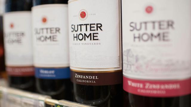 Des bouteilles de vin produites aux Etats-Unis sur un étalage de supermarché à Pékin, le 4 avril 2018 [NICOLAS ASFOURI / AFP]