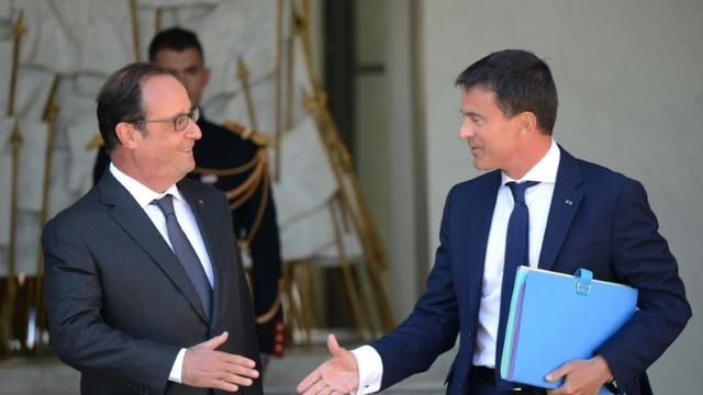 Le président de la République François Hollande et le Premier ministre Manuel Valls devant le palais de l'Elysée à Paris, le 19 août 2015 [HUGO MATHY / AFP/Archives]