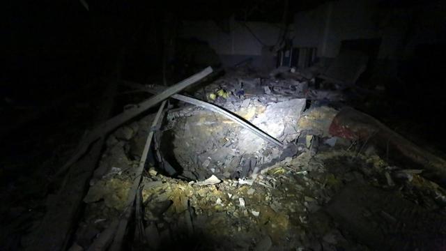 L'impact de la bombe sur le centre de détention de migrants Tajoura, dans la banlieue de Tripoli le 3 juillet 2019. [Mahmud TURKIA / AFP]