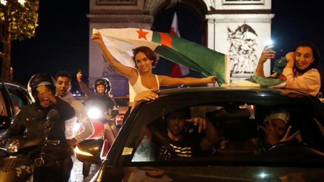 Des supporters de l'Algérie aux Champs Elysées le 14 juillet 2019 [Zakaria ABDELKAFI / AFP]