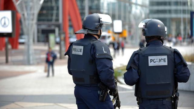 Des policiers patrouillent à La Défense, le 16 novembre 2015 [ERIC PIERMONT / AFP]