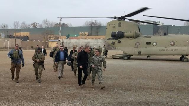 Le chef du Pentagone par interim Patrick Shanahan (2e à D au premier rang) arrive à Kaboul le 11 février 2019 [Sylvie LANTEAUME / AFP]