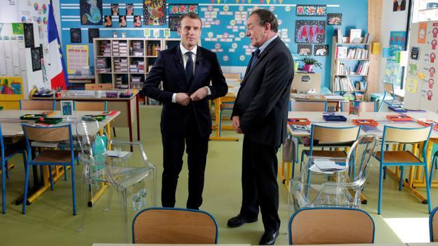 Emmanuel Macron et Jean-Pierre Pernaut, dans la classe où s'est déroulée l'interview présidentielle, le 12 avril 2018 [YOAN VALAT / POOL/AFP]
