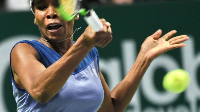 L'Américaine Venus Williams retourne face à la Française Caroline Garcia en demi-finale du Masters à Singapour, le 28 octobre 2017 [ROSLAN RAHMAN / AFP]