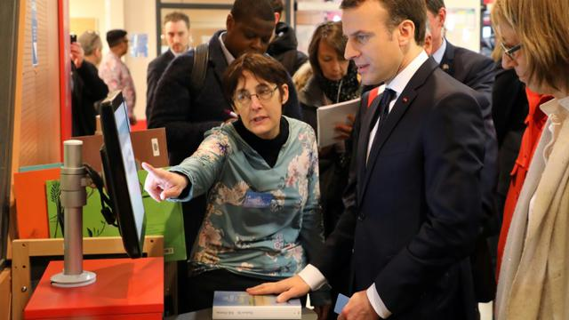 Le président de la République Emmanuel Macron (c) et la ministre de la Culture Françoise Nyssen (d) à la médiathèque des Mureaux (Yvelines) le 20 février 2018 [ludovic MARIN / AFP]