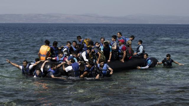 Des réfugiés arrivent arrivent sur l'île de Lesbos en Grèce, le 11 septembre 2015 [Angelos Tzortzinis / AFP]