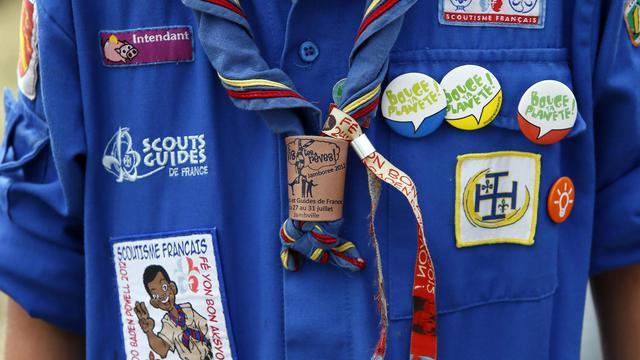 Un jeune scout arbore ses insignes le 30 juillet 2012 lors d'un jamboree, au château de Jambville, dans les Yvelines [Kenzo Tribouillard / AFP/Archives]