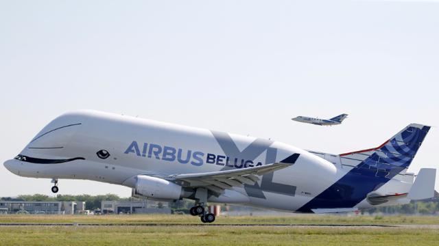 Le fuselage du Beluga XL, le nouvel avion-cargo de la famille Airbus, est en forme de baleine souriante. L'avion a pris les airs pour son premier vol d'essai le 19 juillet 2018 de l'aéroport de Toulouse-Blagnac. [STR / AFP]
