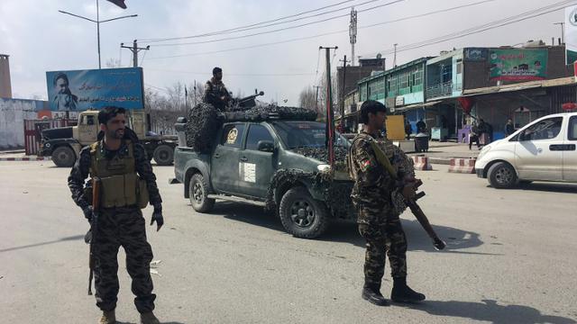 Des membres des forces de sécurité afghanes sécurisent un périmètre après un attentat-suicide, le 9 mars 2018 à Kaboul [Shah MARAI / AFP]