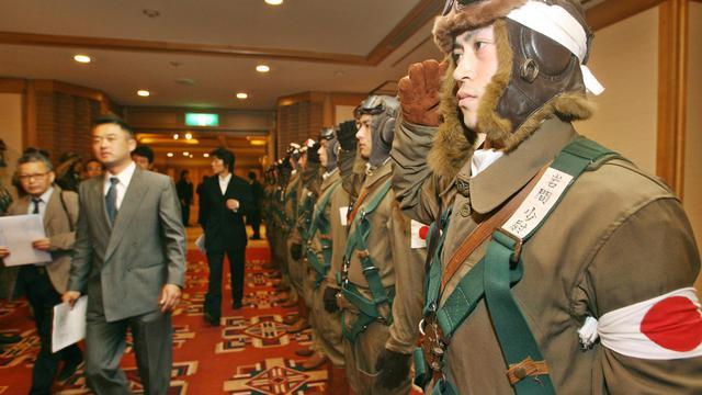 Des hommes habillés en kamikazes japonais, lors d'une présentation d'un film, le 6 avril 2006 à Tokyo [Kazuhiro Nogi / AFP/Archives]