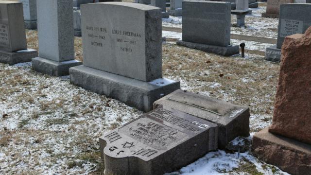 Des sépultures d'un cimetière juif vandalisées, le 3 mars 2017 à Rochester (NY) [Gretchen STUMME / AFP]