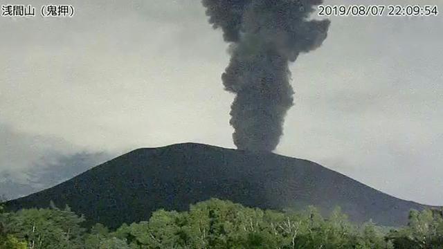 Capture d'écran de l'agence météorologique japonaise montrant le mont Asama en éruption, à 140 km à l'ouest de Tokyo, le 8 août 2019  [JIJI PRESS / Japan Meteorological Agency/AFP]