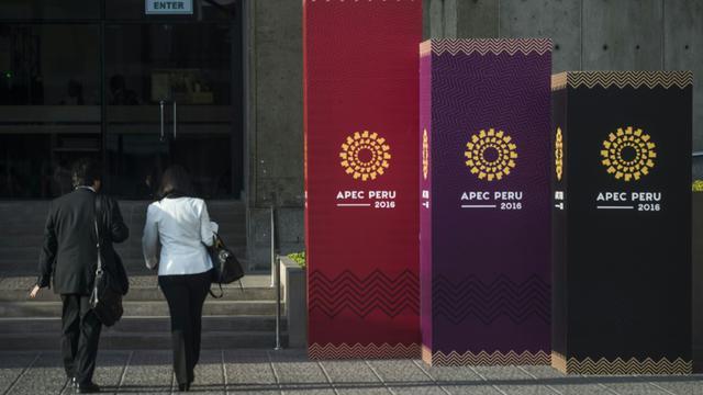 Des personnes arrivent sur le lieu où se déroule la réunion annuelle de l'Apec [ERNESTO BENAVIDES / AFP]