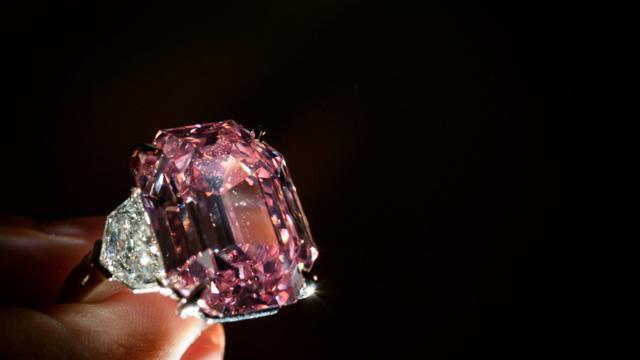 Le Pink Legacy, un diamant rose de 18.96 carats, le 8 novembre 2018 [Fabrice COFFRINI / AFP/Archives]