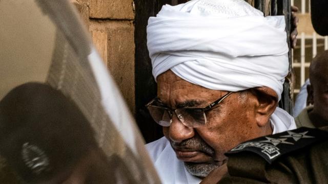 L'ex-président soudanais Omar el-Béchir, destitué le 11 avril par l'armée, photographié à Khartoum après avoir été transféré au parquet, le 16 juin 2019 [Yasuyoshi CHIBA / AFP]