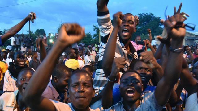 Des partisans du général Gilbert Diendéré manifestente le 21 septembre 2015 devant la résidence du roi des Mossi, un groupe ethnique [SIA KAMBOU / AFP]