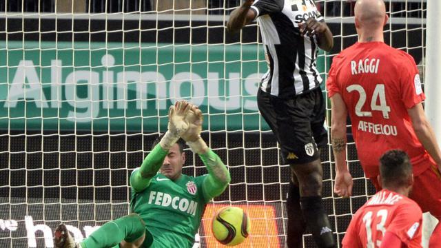 Le gardien monégasque Danijel Subasic et sa défense se sont inclinés à Angers, porté par Cheikh Ndoye, le 30 janvier 2016 au stade Jean-Bouin  [JEAN-FRANCOIS MONIER / AFP]