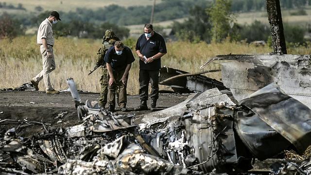 Des enquêteurs travaillent sur le site du crash de l'avion de la Malaysia Airlines, le 25 juillet 2014 à Grabovo, dans l'est de l'Ukraine [Bulent Kilic / AFP/Archives]