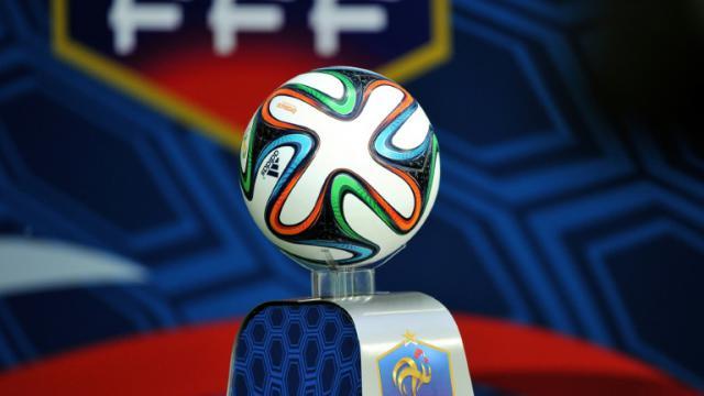 Logo de la FFF devant le ballon de la Coupe du monde 2014, à Villeneuve-d'Ascq (illustration) [PHILIPPE HUGUEN / AFP/Archives]