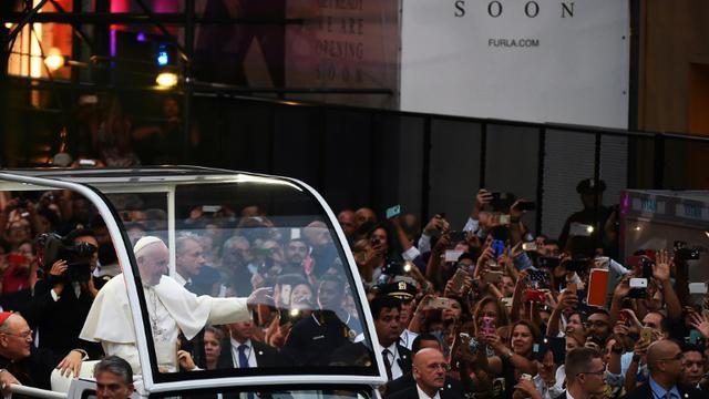 Le pape accclamé par des milliers de personnes à son arrivée en papamobile le 24 septembre 2015 à la cathédrale Saint Patrick à New York [JEWEL SAMAD / AFP]