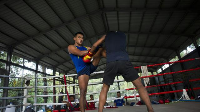 Deux hommes s'entraînent le 18 décembre 2015 dans un club de Rangoun  [Ye Aung Thu / AFP]
