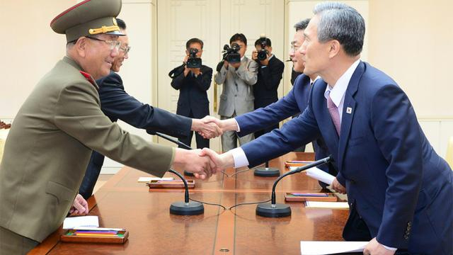 Photo prise lors des pourparlers entre la Corée du Nord et la Corée du Sud à Panmunjom, dans la zone démilitarisée, le 25 août 2015 [The Blue House / The Blue House/AFP]