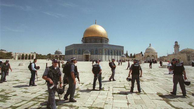 Des policiers israéliens sur l'Esplanade des Mosquées à Jérusalem-est, le 20 avril 2001 [Awad Awad / AFP/Archives]