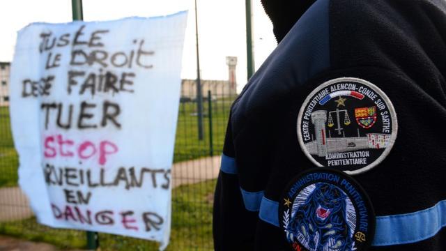 Un surveillant de l'administration pénitentiaire devant la prison d'Alençon, le 7 mars 201 à Condé-sur-Sarthe [JEAN-FRANCOIS MONIER                 / AFP/Archives]