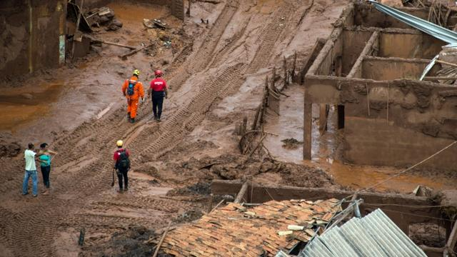Des sauveteurs brésiliens après la rupture d'un barrage, le 6 novembre 2015 à Bento Rodrigues dans l'état de Minas Gerais [CHRISTOPHE SIMON / AFP]