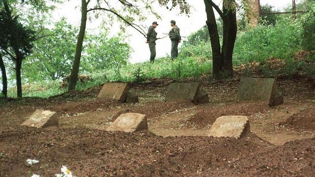 Les tombes des sept moines, enterrés à Tibéhirine, en Algérie [ / AFP/Archives]