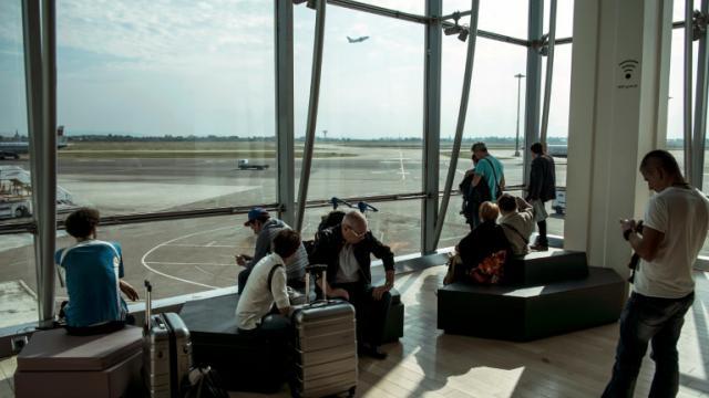 Des passagers dans la salle d'attente de l'aéroport Lyon Saint-Exupéry le 15 septembre 2014 [JEAN-PHILIPPE KSIAZEK / AFP]