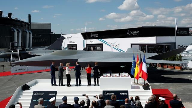 La maquette du futur avion de combat européen est dévoilée au 53e salon aéronautique du Bourget, le 17 juin 2019 [Yoan VALAT / POOL/AFP]