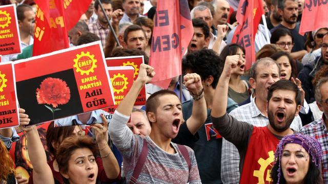 Des manifestants défilent sur une place proche du site de l'attentat le 11 octobre 2015 à Ankara [ADEM ALTAN / AFP]