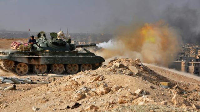 Les forces gouvernementales syriennes ouvrent le feu lors d'affrontement avec Daesh à Deir Ezzor, le 2 novembre 2017 [STRINGER / AFP/Archives]
